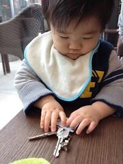 鍵で遊ぶとらちゃん(2011/12/23)
