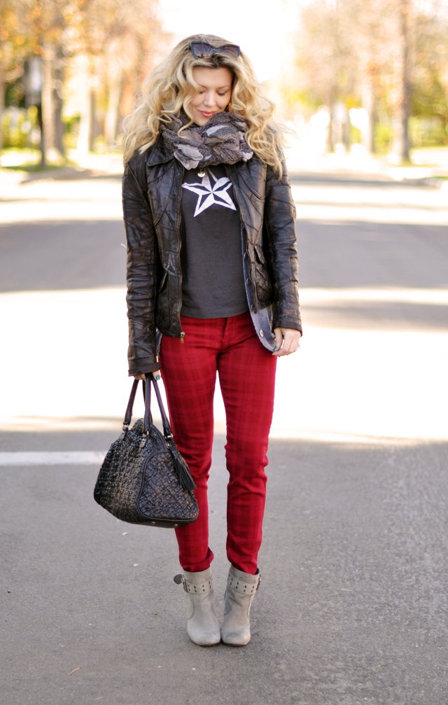 casual christmas outfit- vintage t and red jeans