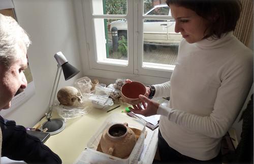 Ouverture d'une urne funéraire d'époque romaine, découverte à Beyrouth en 2011