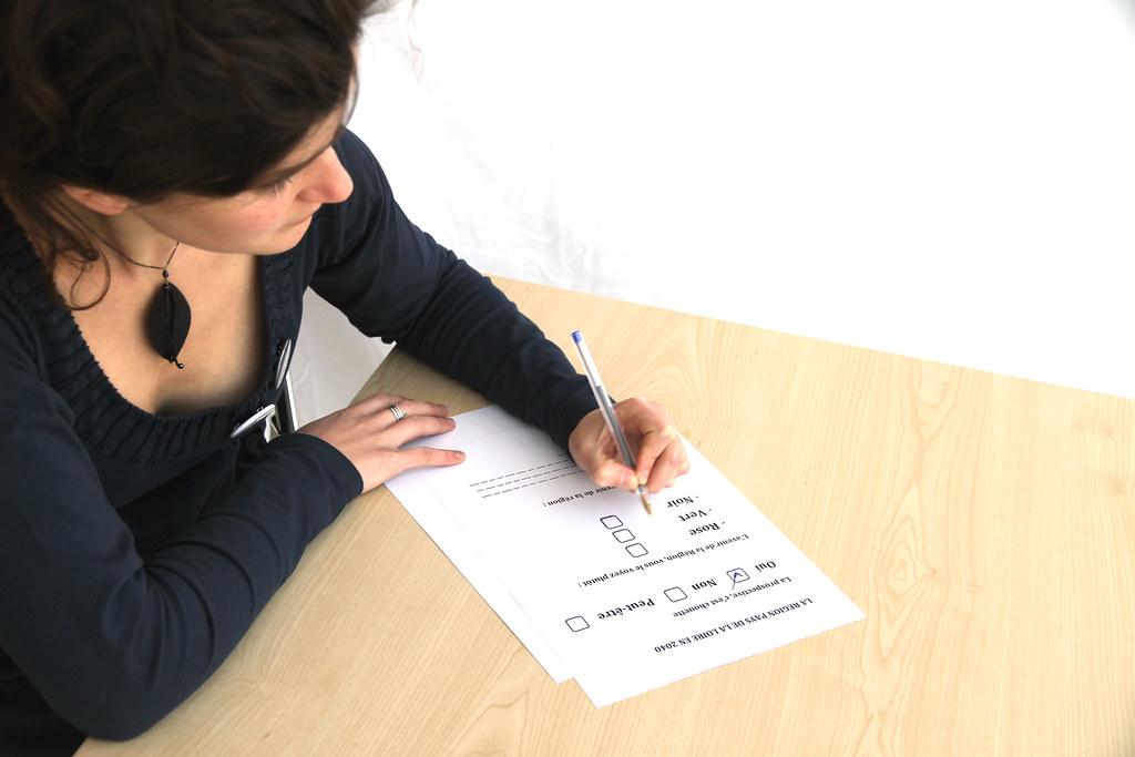 Frau füllt Formular aus