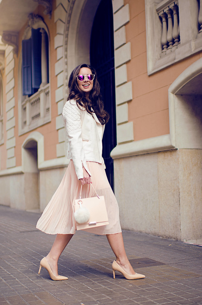 Cómo combinar una falda plisada rosa en tu look de primavera
