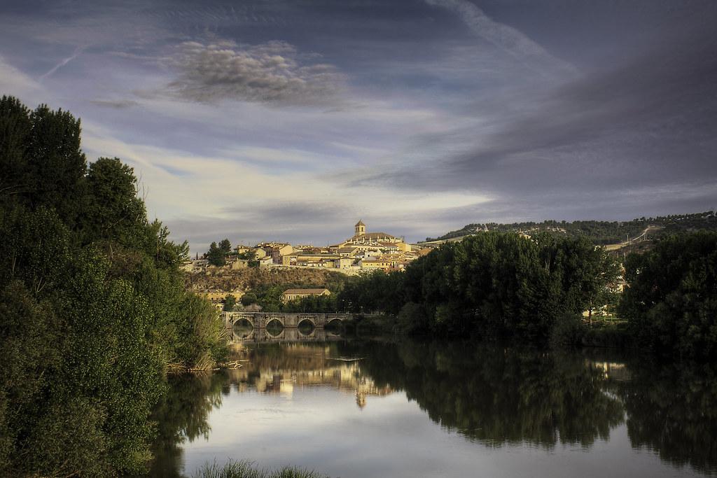 Simancas reflejada en el Pisuerga (Valladolid)