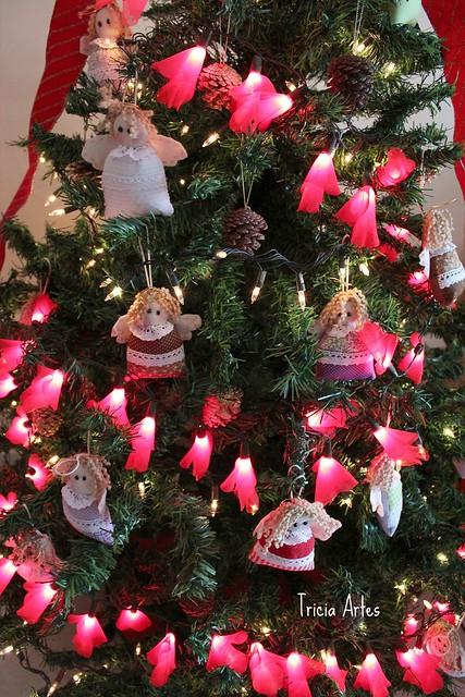 Muitos anjinhos e luzinhas fofas na minha árvore de Natal!!