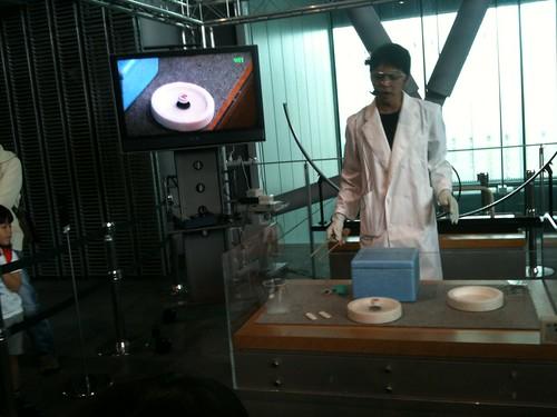 超電導体のピン止め効果とマイスナー効果の実演
