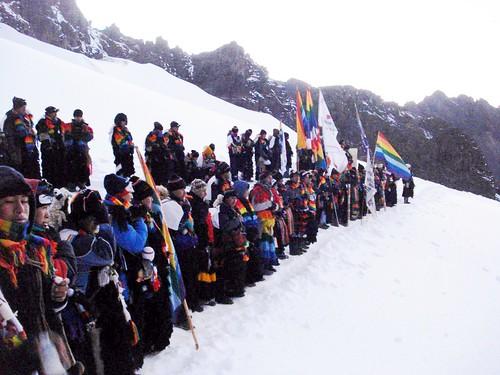 Columna de peregrinos en la nieve