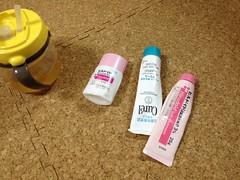 とらちゃんの最近のおもちゃ:塗り薬などの容器