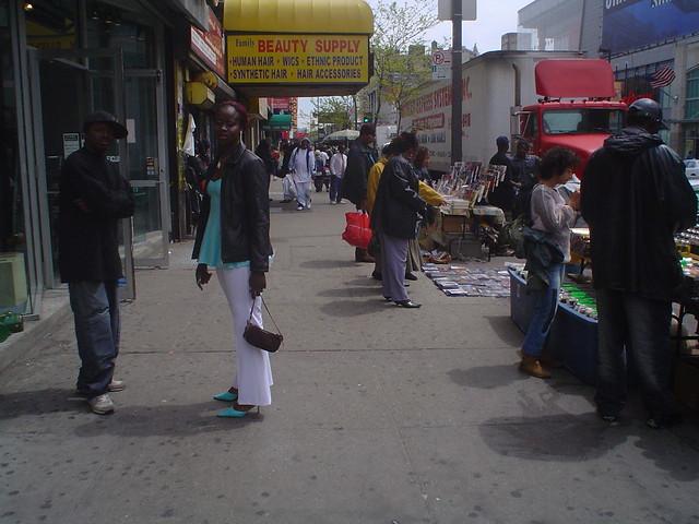 Foto vista de la Martin Luther King Boulevard en la parte alta de Harlem de Nueva York EE.UU.