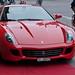 Ein roter Ferrari auf rotem Teppich vor dem Schweizerhof