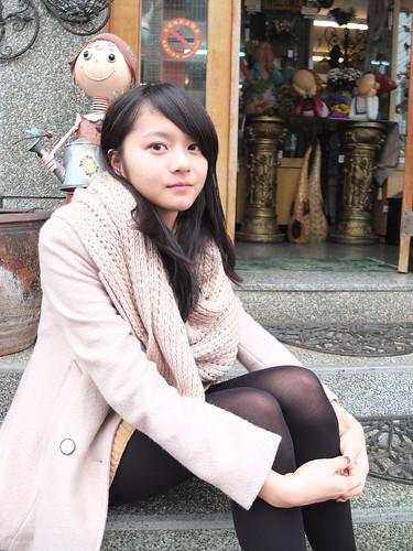 [フリー画像素材] 人物, 女性 - アジア, 女性 - 座る, 台湾人, コート ID:201201190200