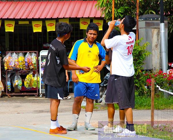 Pemain sepak Takraw berbincang strategi untuk meraih mata