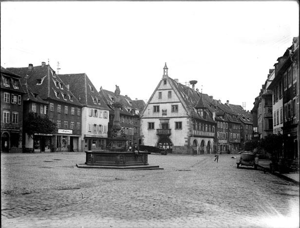 Fontaine au milieu d'une place de village, Bas-Rhin