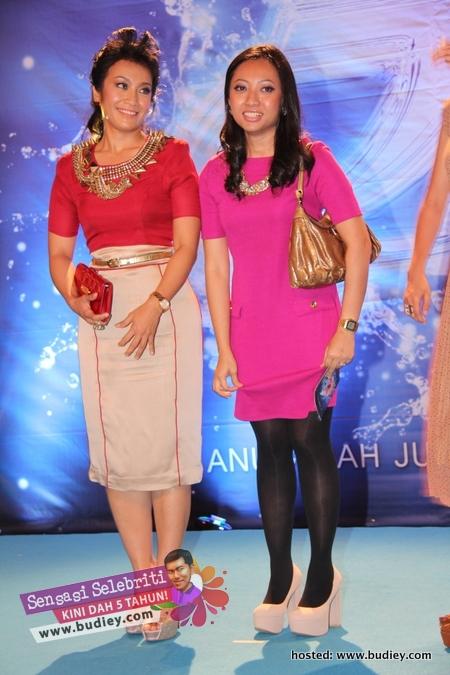 Gambar Fara Fauzana & Penyampai Hot FM di AJL26