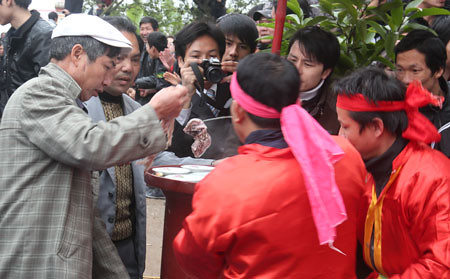 6794338347 7102c4a4ea Lễ hội Chạy lợn ở Hà Nội Nóng bừng 3 phút mổ lợn khao quân