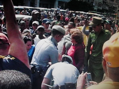 3 Policias arrestan a Ivonne y a Blanca