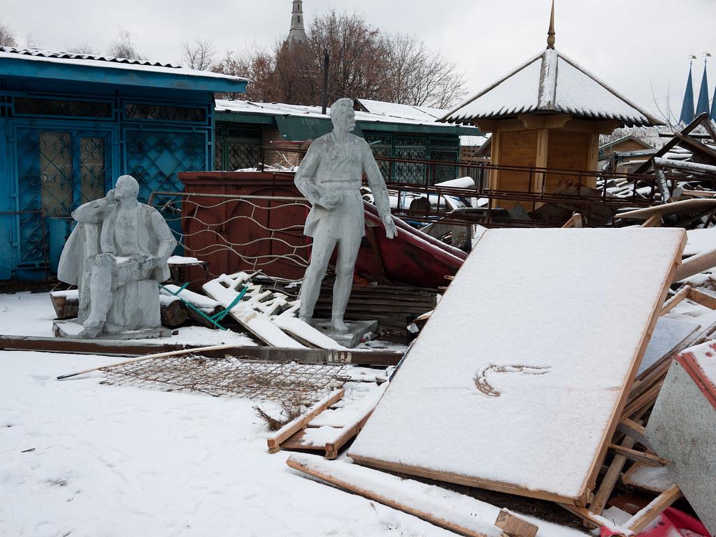 Lenin and Gorky in the backyard of Izmailovo market