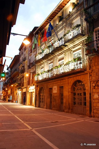 Vista del Palacio de Mutiloa, en la calle Zapatería, con una bonita iluminación nocturna.