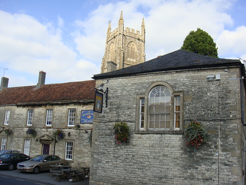 Iglesia de St. Mary con The Jolliffe Arms en primer plano