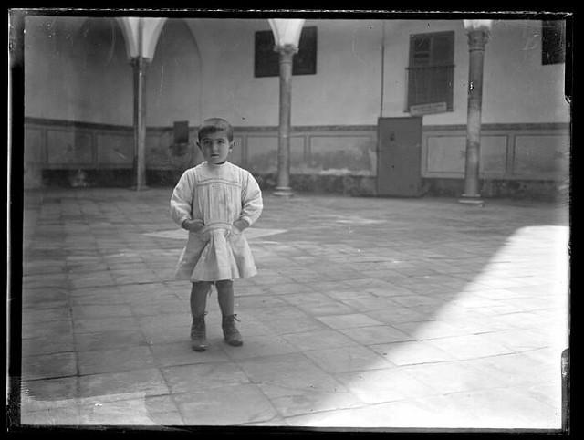 Un niño en Toledo a comienzos del siglo XX. Fotografía de Santiago Relanzón Almazán. Ayuntamiento de Toledo