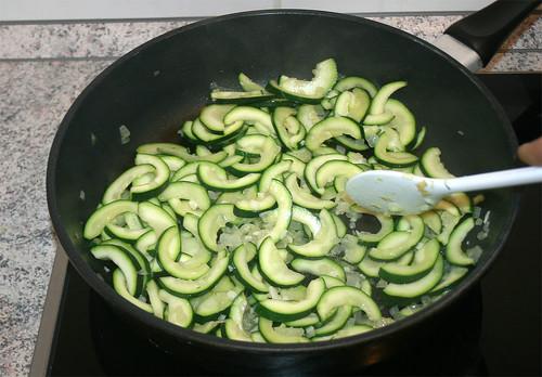 24 - Zucchini anbraten / Fry zucchini
