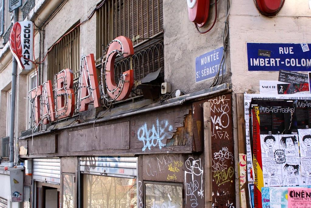 > Les murs, les enseignes, les trottoirs : C'est la déglingue sur les pentes de la Croix Rousse à Lyon.