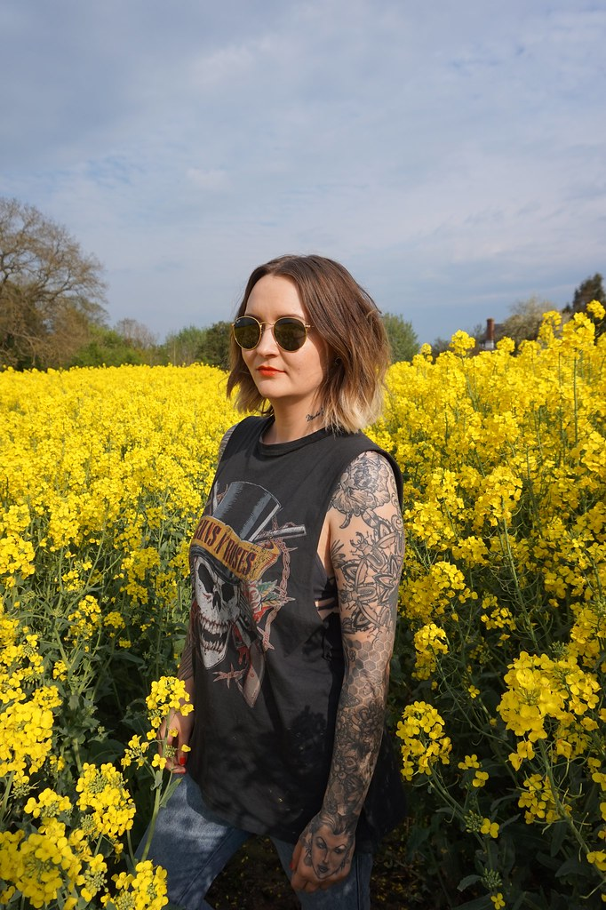 katelouiseblog, rape seed field, guns n roses, guns n roses t-shirt, tattoos, arm tattoos, sleeve, mom jeans, gold birkenstocks, ombre, bob, short hair,