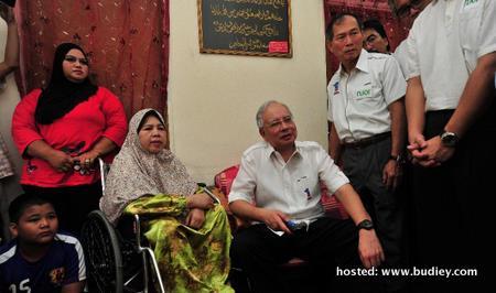 Prime Minister, Dato' Seri Mohd Najib Tun Haji Abdul Razak Activating The Njoi Decoder For E-Kasih Recipient Rahimah Bte Abd Majid