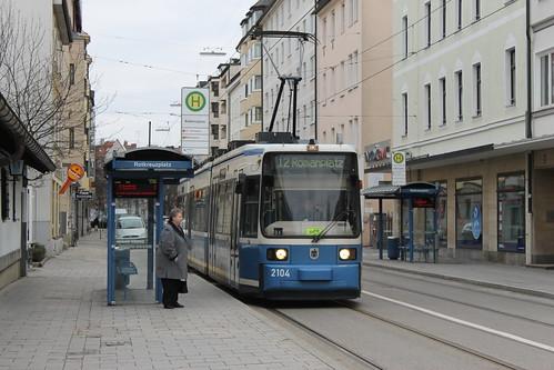 Noch kommt die Linie 12 von der Ackermannschleife, weshalb das gelbe Umleitungsschild im Fahrerstand untergebracht ist.