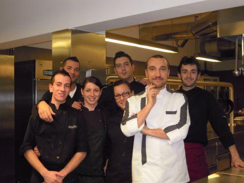 """Andrea Sposini con i suoi collaboratori al ristorante """"là, cucina con vista"""" a Frascati . Foto di Nicoletta D'Alessandro"""