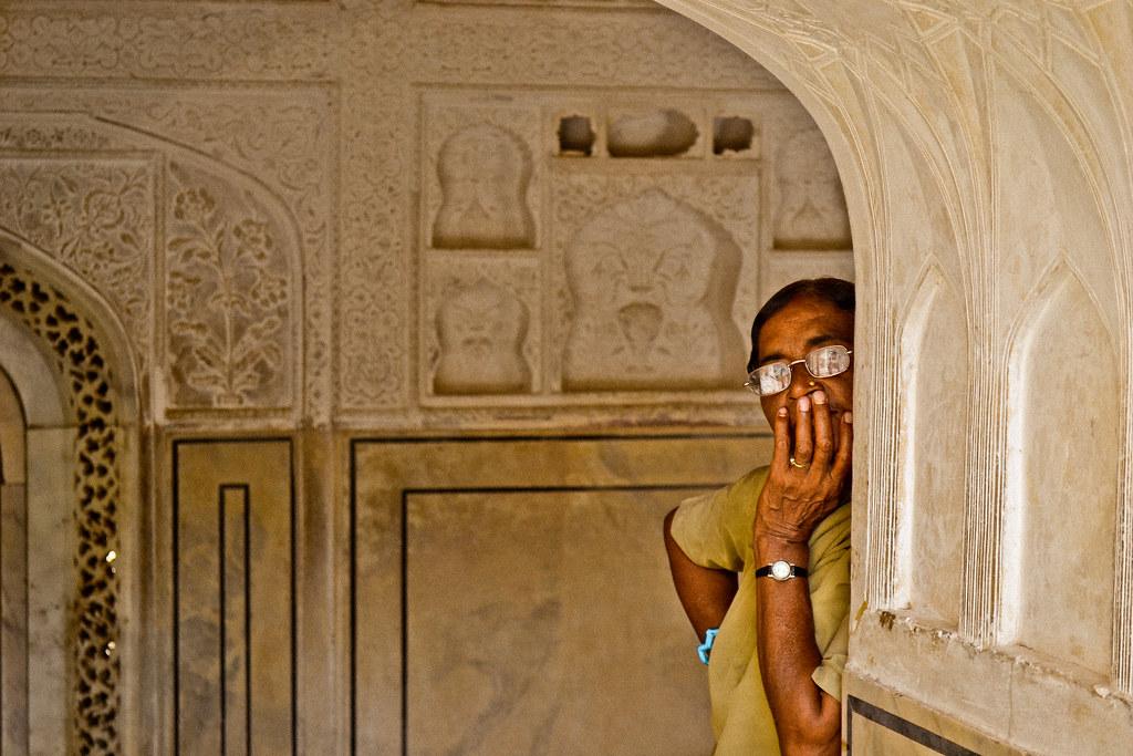Глядя на иностранных туристов индийские музейные работники зачастую не могут понять, то ли они работают в музее, то ли музей пришел к ним.