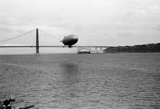 Un zeppelin sobrevolando el Golden Gate (San Francisco, 1944)