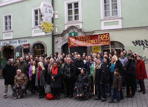 Das erste Radio-Helsinki-Familienfoto vor dem Eingang zu den Redaktionsräumlichkeiten