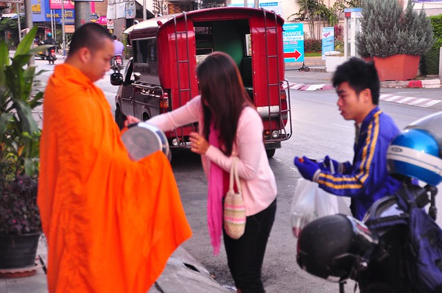Morning Alms, Thapae Gate Road