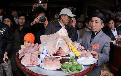6794335793 7852712983 Lễ hội Chạy lợn ở Hà Nội Nóng bừng 3 phút mổ lợn khao quân