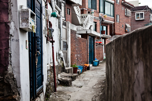 Itaewon side Alley [EOS 5DMK2 | EF 24-105L@50m | 1/320s | f/6.3 |  ISO400]