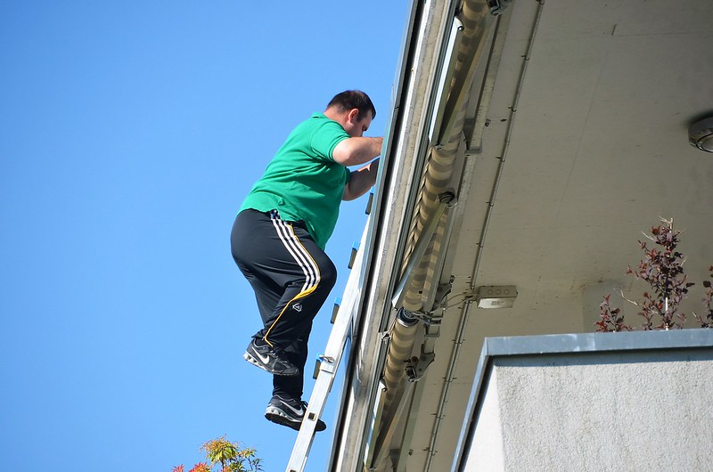 Climbing the roof to clean the window 21.05 (3)