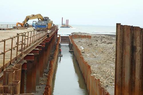 左側為10m之工作平台,中間4m完全開挖,挖開之土方直接覆蓋右側之藻礁上。(圖片來源:劉靜榆)