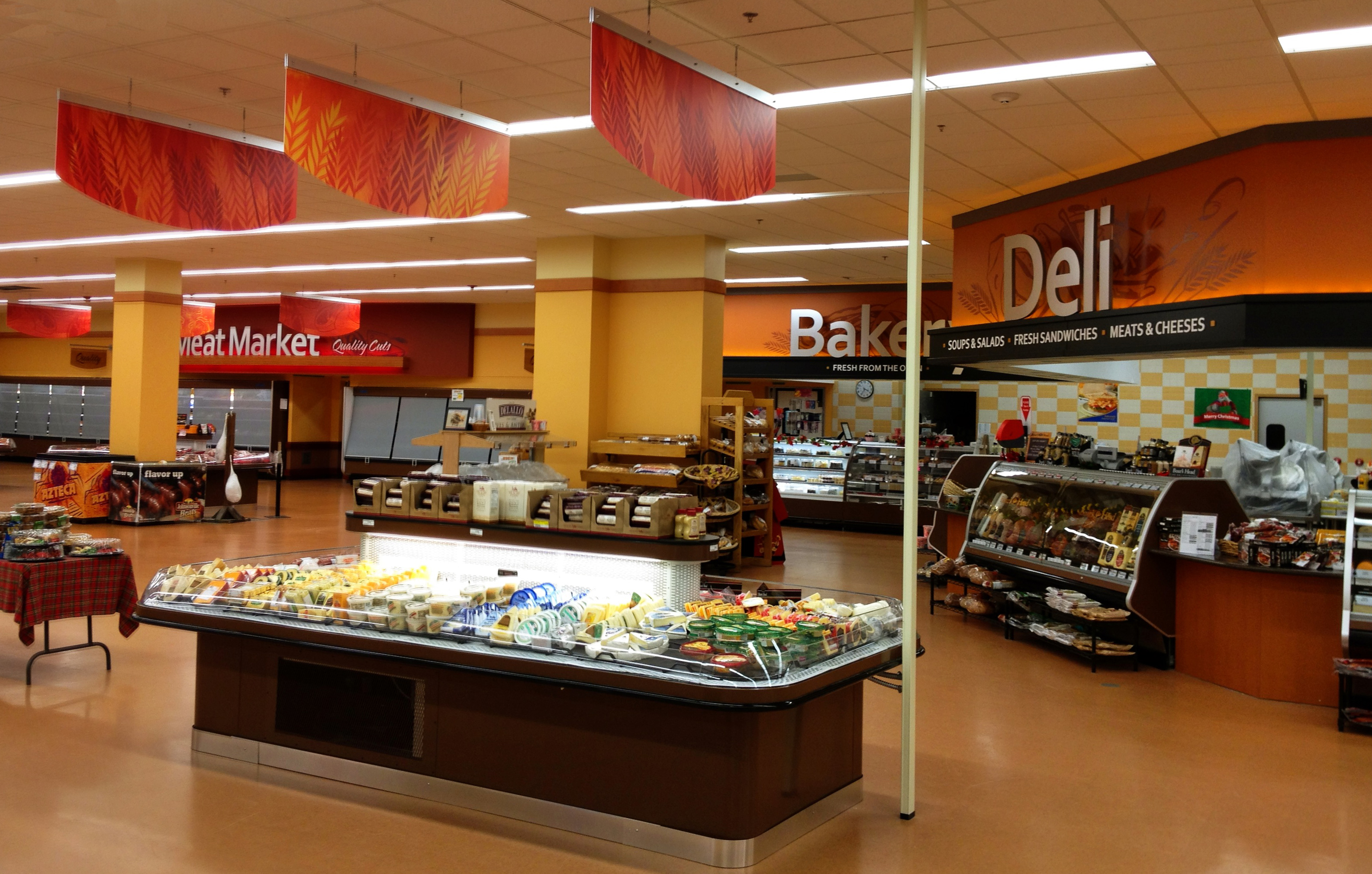 Interior grocery store design deli area design bakery for Bakery shop decoration ideas