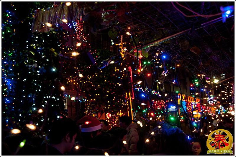 2011-12-24-聖誕巷插旗-10