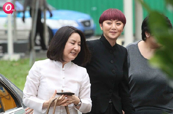 Quan Yi Feng with her aunt, looking very happy with the sentencing (image via omy.sg)