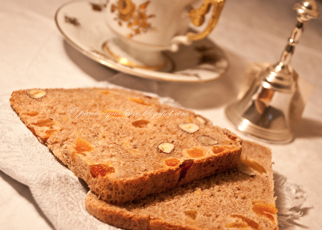 pane nocciole e albicocche