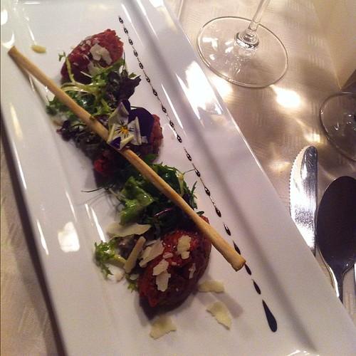 Beef Tartar an mariniertem Zupfsalat mit frisch gehobeltem Parmesan