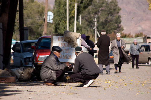 Hombres kirguizos en el mercado de Kochkor