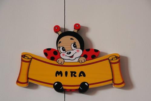 Mira, staat er op de deur. WANT DAT IS HAAR NAAM!