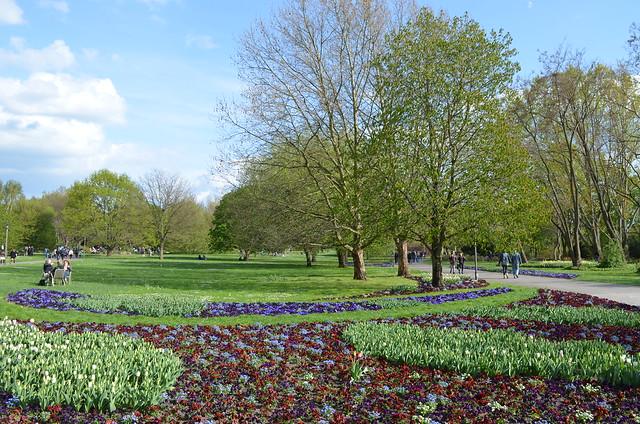 Berlin Cherry Blossom Festival Kirschbluetenfest Gaertens der Welt Erholungspark Marzahn_flower beds grass and park walkways