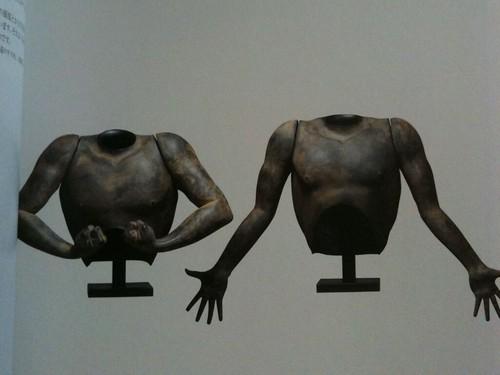 籔内佐斗司さんの彫刻 男の鎧-吽/男の鎧-阿
