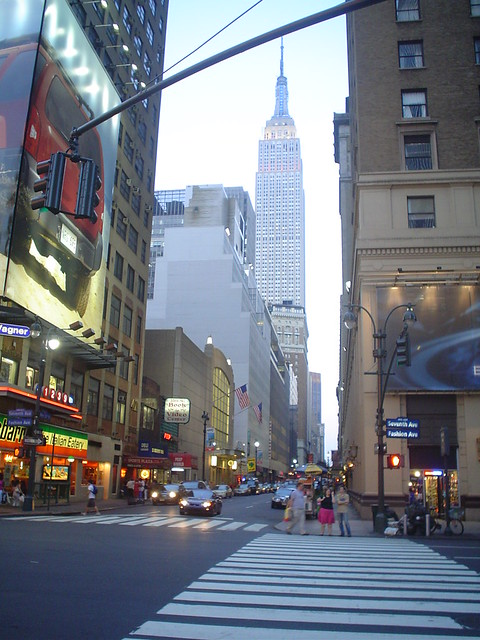 Foto vista del Empire State Building y la avenida de la moda - fashion avenue en Nueva York EE.UU.