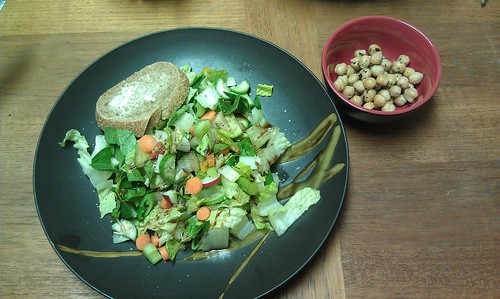 Salad and baked chickpeas by VlinderM