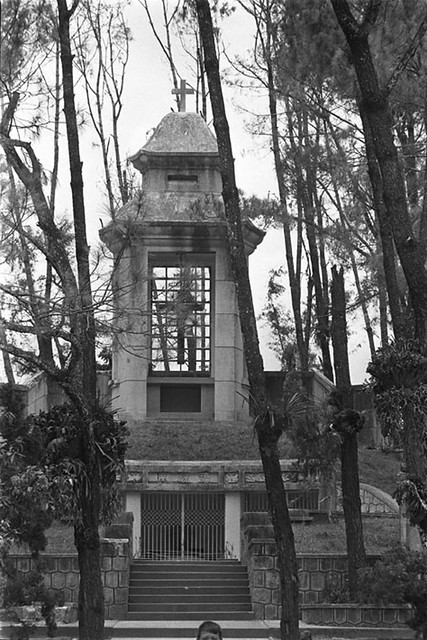 C26-33[1] The tomb of Deim's father; Hue March 1968
