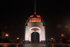 De noche en el Monumento a la Revolución