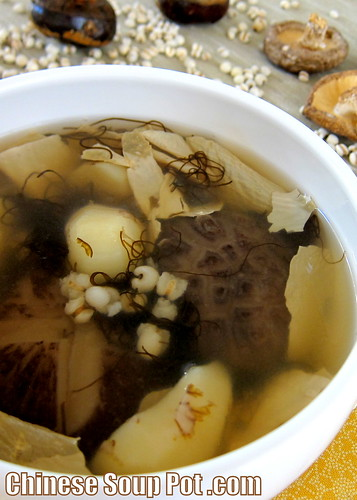 [Tofu Skin Water Chestnut Soup with Shiitake Mushroom and Black Moss (Fat Choy)]